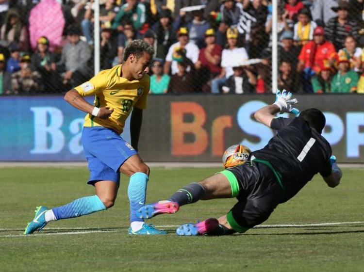Neymar trong pha đối diện thủ môn Bolivia.