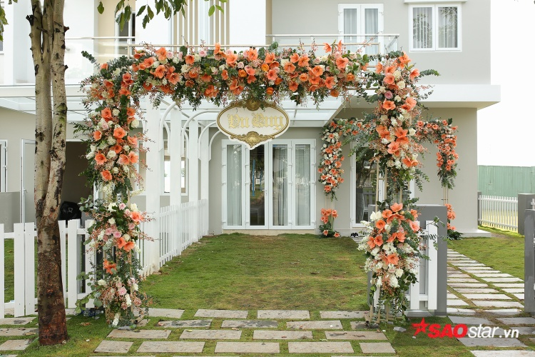 Trước nhà được trang trí bằng cổng hoa khá đơn giản.