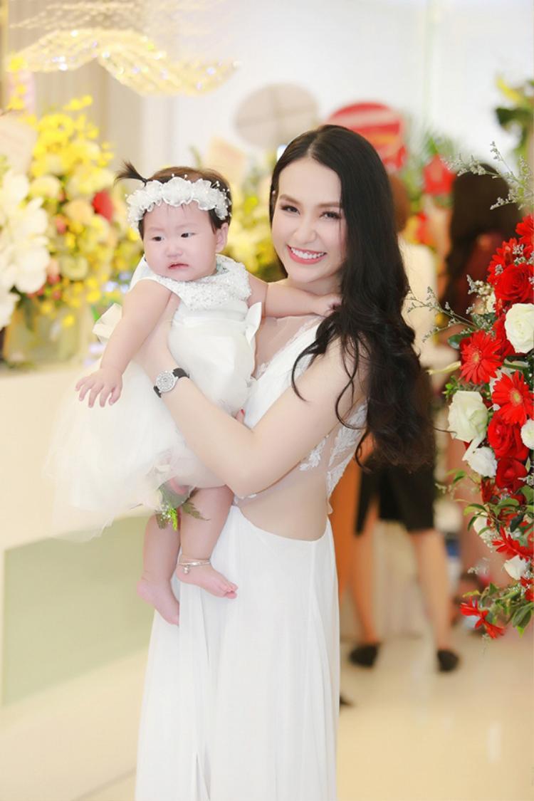 Bé Son được bố mẹ cho mặc bộ váy trắng rất đáng yêu. Tuy nhiên, do quá đông người nên cô bé đã mếu máo khóc và đòi theo ông bà ngoại.