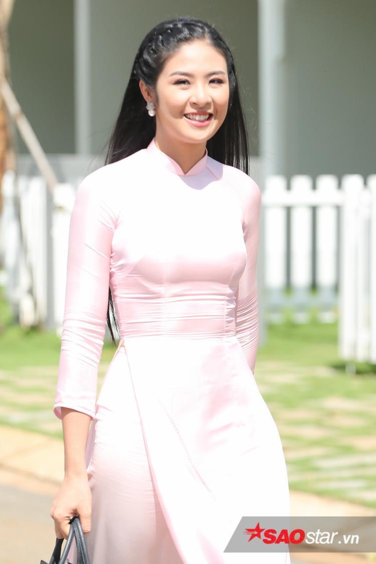 Ngọc Hân nền nã trong bộ áo dài màu hồng nhã nhặn.