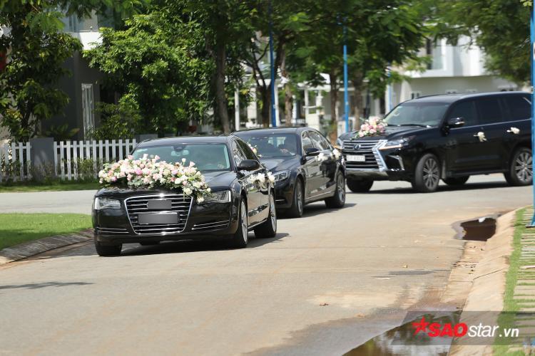 Dàn xe hơi bên nhà chú rể Trung Tín từ từ tiến vào nhà riêng của hoa hậu Đặng Thu Thảo.
