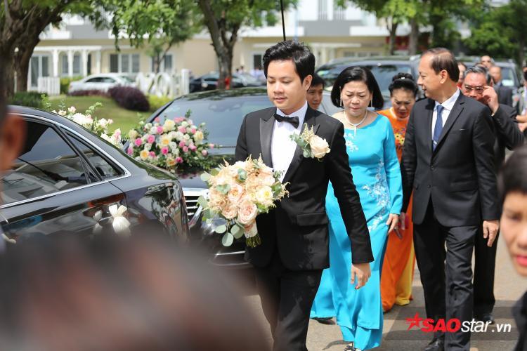 Chú rể Trung Tín cầm hoa cưới tiến vào nhà để chuẩn bị làm thủ tục xin dâu.