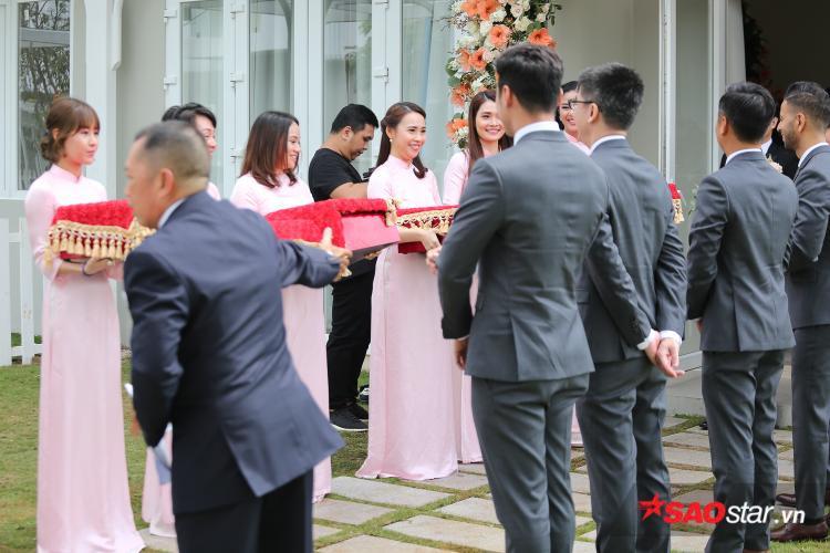 Dàn trai xinh - gái đẹp bê tráp trong lễ vu quy tại nhà Đặng Thu Thảo.