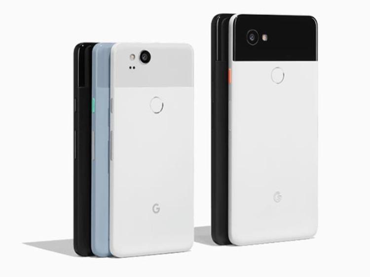Pixel 2 (trái) đọ dáng cùng Pixel 2 XL (phải).