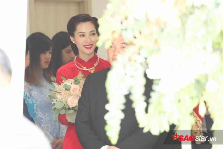 """Diện tà áo dài đỏ rực với thiết kế đơn giản của NTK Thuận Việt, Hoa hậu Thu Thảo """"gây thương nhớ"""" bởi nhan sắc xinh đẹp, mặn mà."""