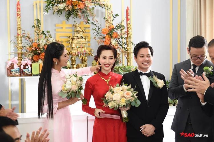 """""""Thần tiên tỷ tỷ"""" cực rạng rỡ, hạnh phúc bên doanh nhân Trung Tín."""