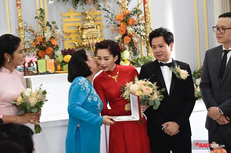Mẹ Trung Tín trao vòng và ôm hôn con dâu tương lai thắm thiết.