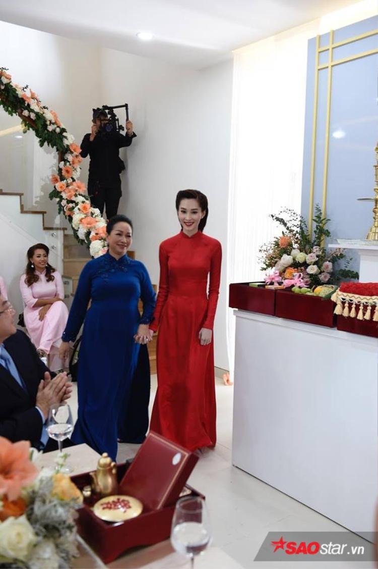 Cô dâu Thu Thảo xuất hiện trong tà áo dài đỏ giản dị.
