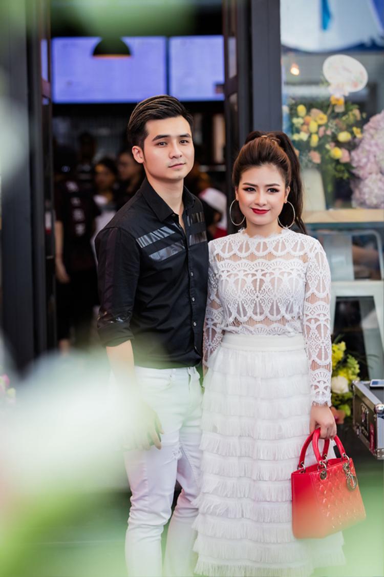 Trong ngày khai trương của bạn trai Hà Anh, Dương Hoàng Yến tất bật đón khách, phụ giúp nam ca sĩ công tác chuẩn bị. Trước đó, cả hai từng có khoảng thời gian chia tay khiến không ít người tiếc nuối.