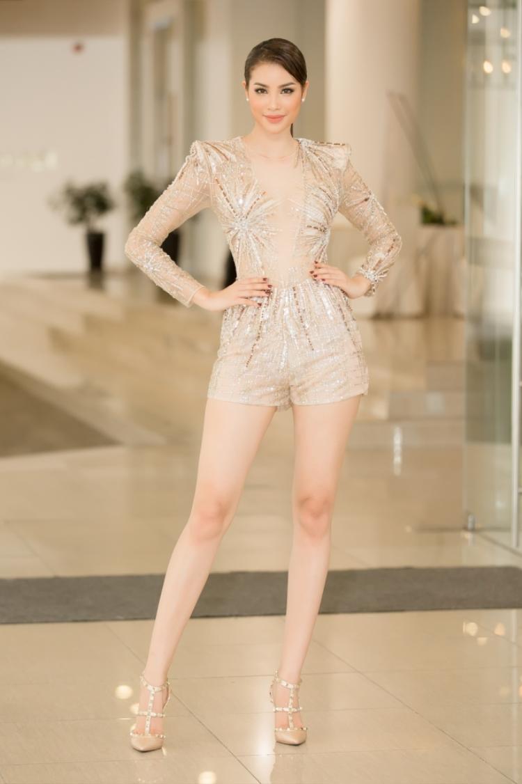 Dường như chiếc body suit này được thiết kế dành cho Phạm Hương. Đôi chân dài nuột nà cùng vóc dáng chuẩn hoa hậu được khoe trọn trong bộ đầm cùng thần thái sang trọng khiến người đẹp gốc Hải Phòng càng hút mắt fans hâm mộ.