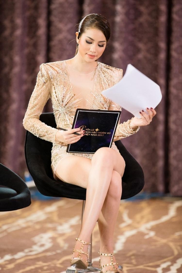 Trước đó, chiếc body suit này đã được Phạm Hương chọn mặc trong buổi ghi hình chương trình truyền hình thực tế Tôi là Hoa hậu Hoàn vũ Việt Nam 2017, hồi cuối tháng 9 vừa qua.