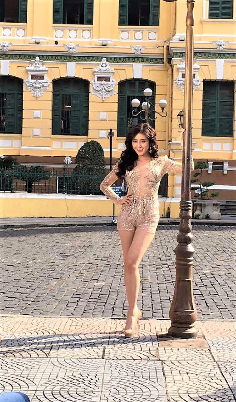 Chiếc váy giúp Phạm Hương toả sáng không mang lại điểm cộng cho Á hậu Việt Nam 2014. Những khuyết điểm không đáng có khiến hình ảnh của á hậu trở nên kém tinh tế.