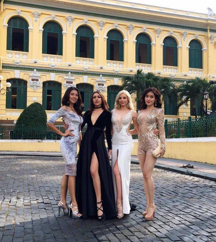 Trong tấm ảnh chụp cùng các người đẹp cùng tham gia Hoa hậu Hòa bình Thế Giới 2017, dễ nhận thấy Huyền My là người kém sắc và kém sang nhất, một phần do bộ body suit không phù hợp với cô.