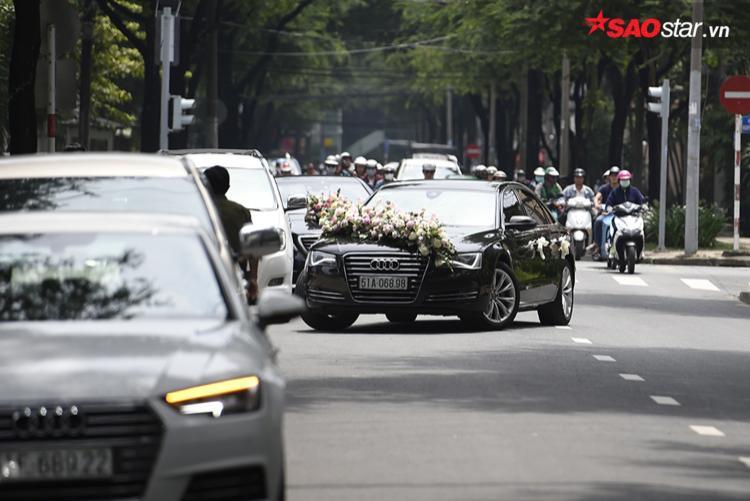 Người dân choáng ngợp trước sự xuất hiện của dàn siêu xe khủng tại đám cưới của hoa hậu Thu Thảo - doanh nhân Trung Tín.