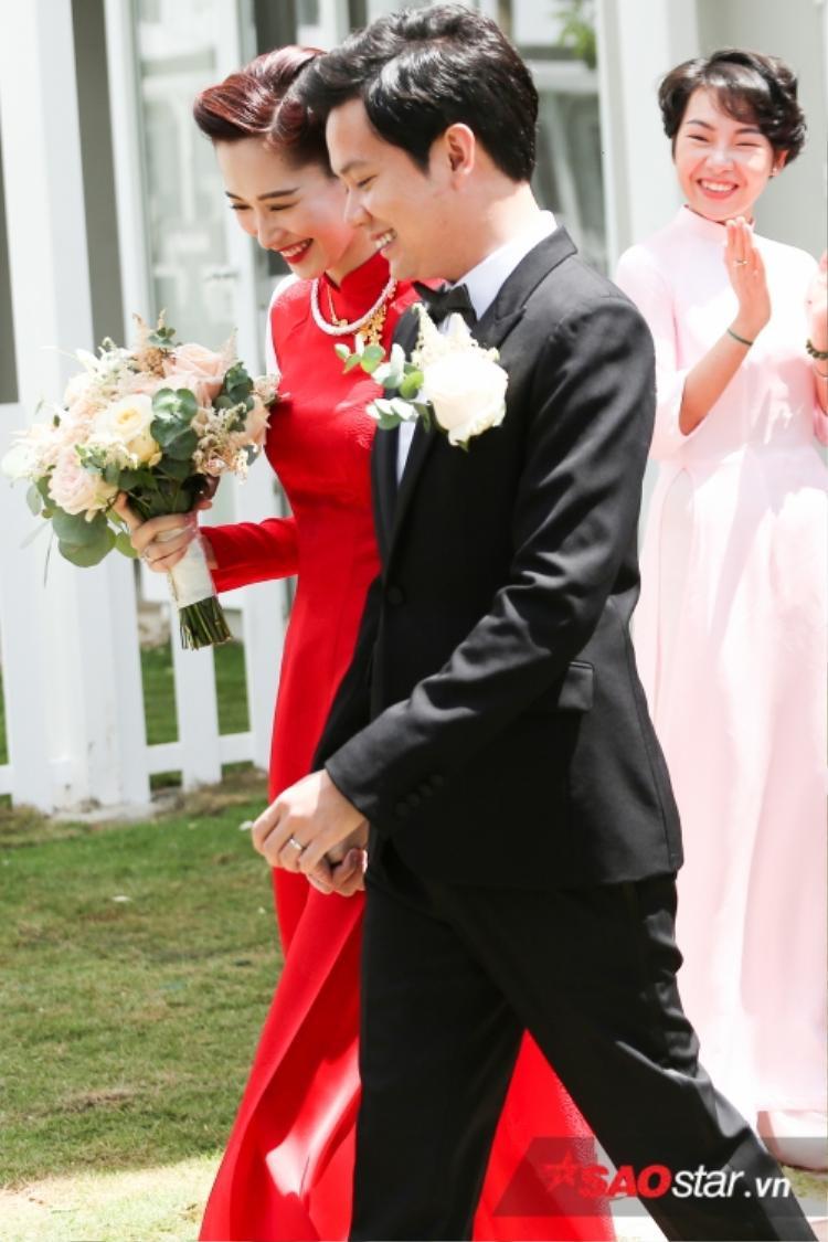 Đến khi lễ đón dâu kết thúc, cô dâu Thu Thảo mới xuất hiện rạng rỡ bên chú rể Trung Tín.