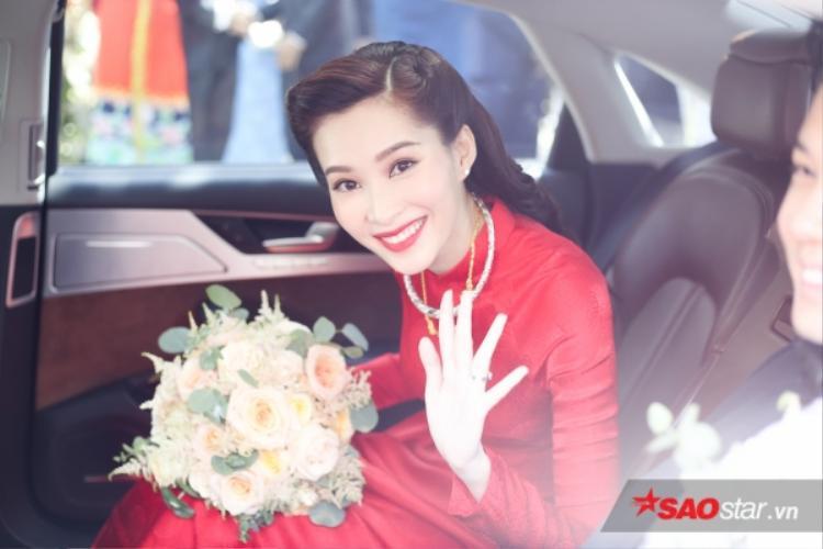 Nụ cười rạng rỡ của Thu Thảo trong tà áo dài đỏ truyền thống ngày trọng đại…