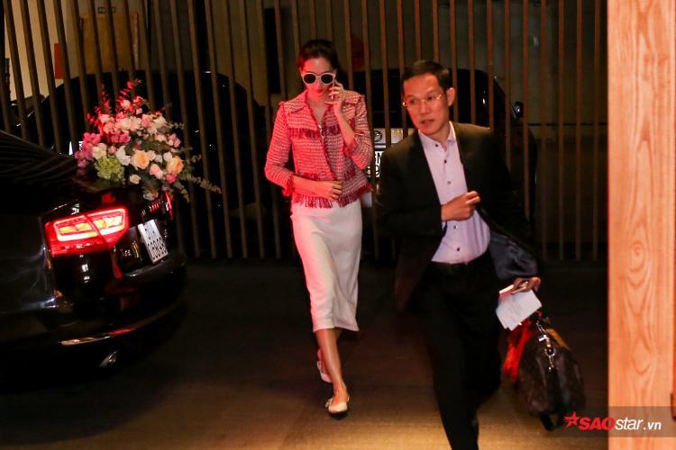 Đặng Thu Thảo xuất hiện chớp nhoáng tại tiệc cưới, liên tục bận rộn điện thoại