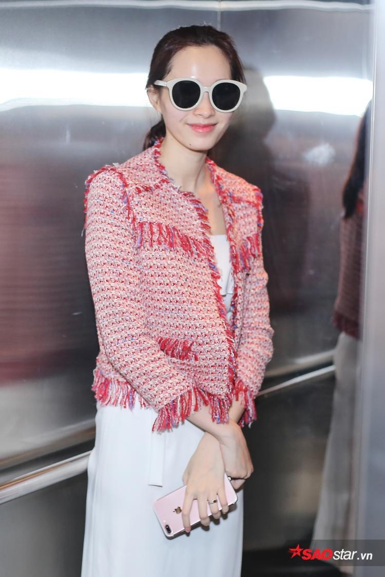 Bắt gặp ống kính phóng viên, Hoa hậu Việt Nam 2012 vui vẻ mỉm cười.