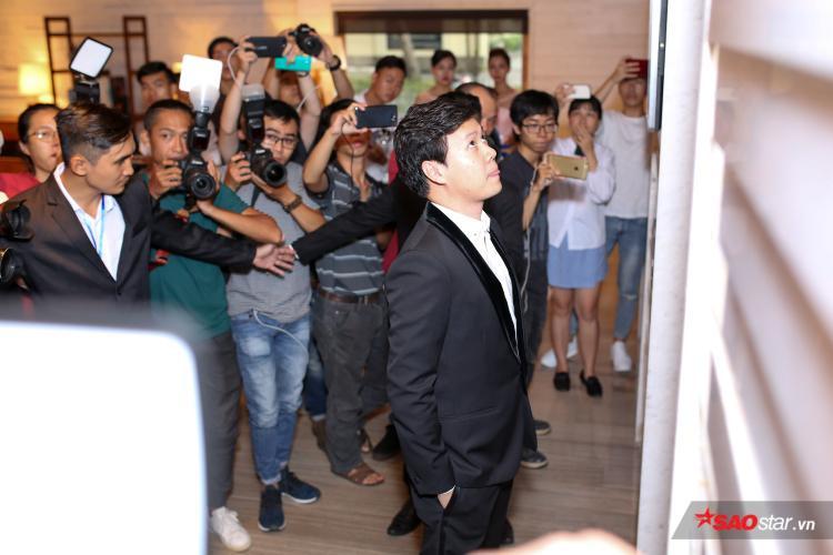 Sự xuất hiện của ông xã Đặng Thu Thảo nhanh chóng thu hút sự quan tâm của phóng viên.
