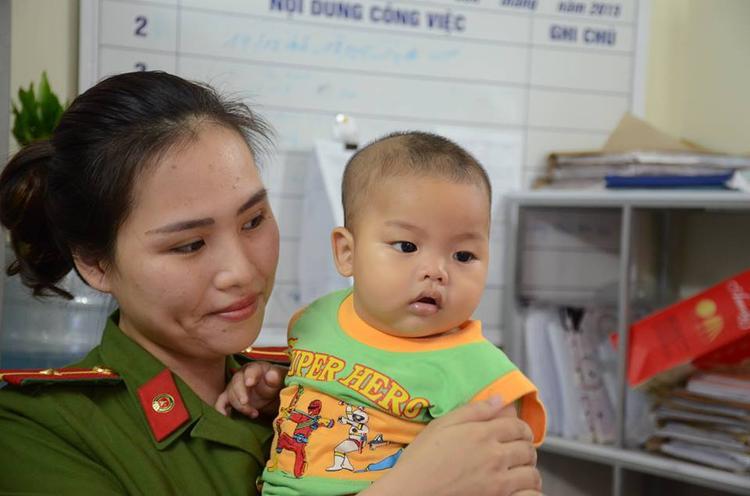 Bé trai bị mẹ bỏ rơi đang được nữ cán bộ Công an phường Mỹ Đình 2 chăm sóc.