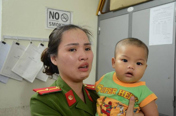 Thiếu úy Ly bật khóc lo cho cháu bé khi bị mẹ bỏ rơi.