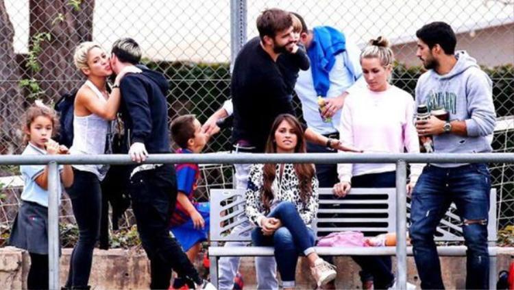 Đi chơi chung nhưng vợ Messi không thèm nhìn Shakira.