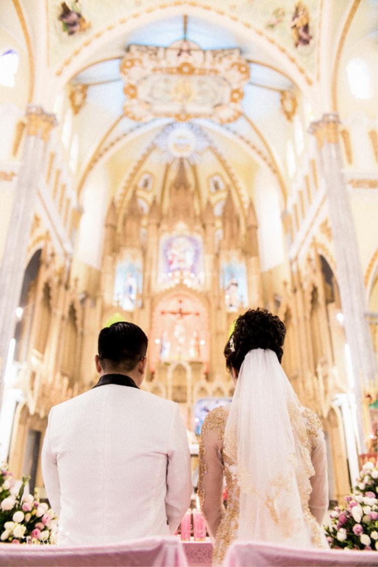 Đám cưới diễn ra ở nhà thờ trang hoàng lộng lẫy.