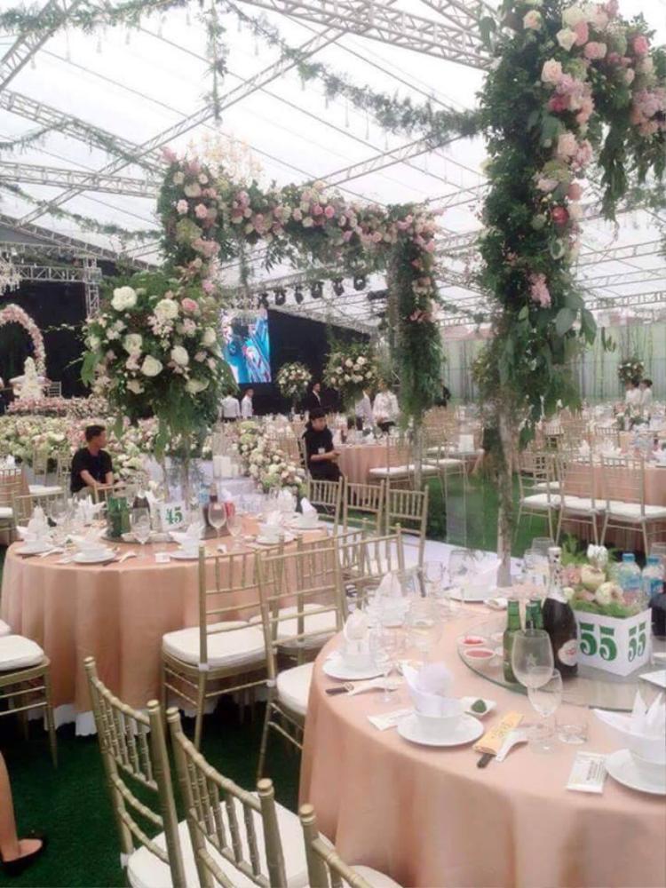 Không gian tiệc cưới xa hoa.