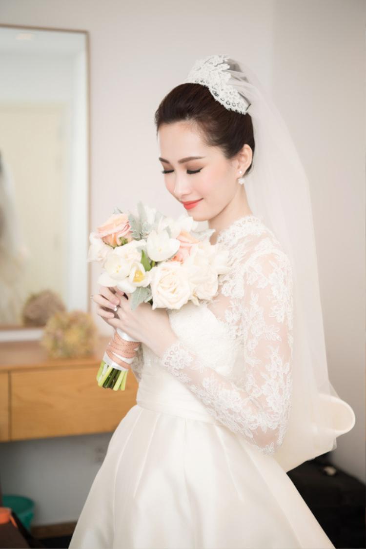 Tông màu trắng mang đến vẻ đẹp tinh khiết, nhẹ nhàng cho người đẹp gốc Bạc Liêu.