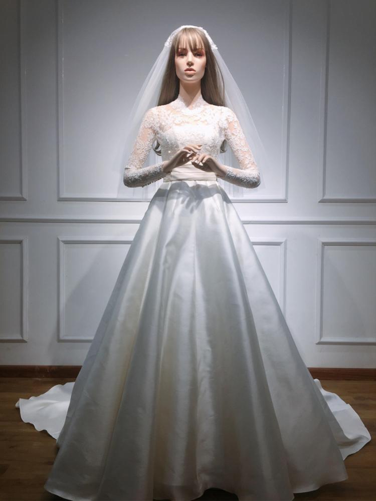 """Bên cạnh đó, mẫu váy được đính hơn 1000 viên pha lê Swarovski tạo hình cánh hoa đẹp mắt. Thực tế, bộ váy được làm ra để phù hợp với """"Thần tiên tỷ tỷ"""", giúp tôn vinh vẻ nhẹ nhàng, cổ điển, trong sáng vốn có ở hoa hậu, chứ không theo bất kỳ xu hướng nào."""