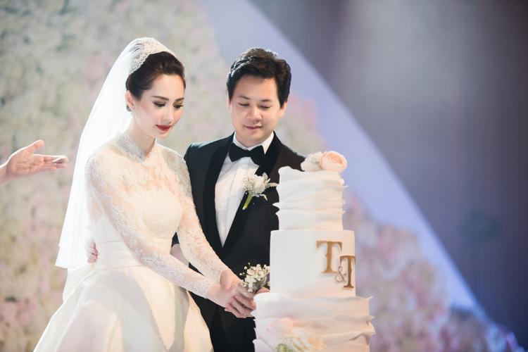 Ở phần cắt bánh, khi MC nói ai cầm cán dao cắt bánh trước sẽ là chủ gia đình, Trung Tín đã không ngần ngại nhường bà xã Thu Thảo.