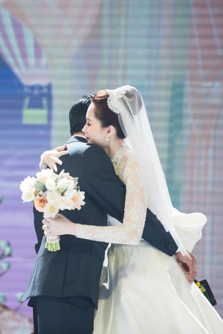 Loạt khoảnh khắc ngọt ngào đến tan chảy của hoa hậu Đặng Thu Thảo bên ông xã điển trai