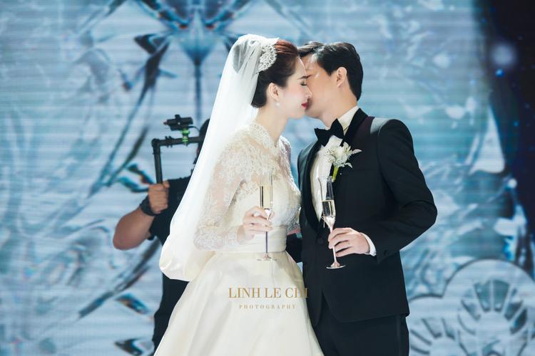 Khoảnh khắc Đặng Thu Thảo được ông xã hôn nhẹ lên má khiến nhiều khách mời phấn khích.