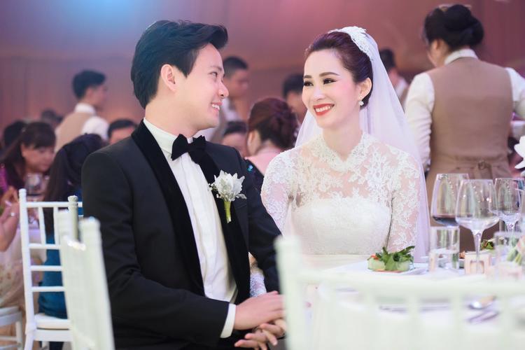 Cả hai trao nhau ánh mắt trìu mến như lời hẹn ước sẽ sống hạnh phúc trọn đời.
