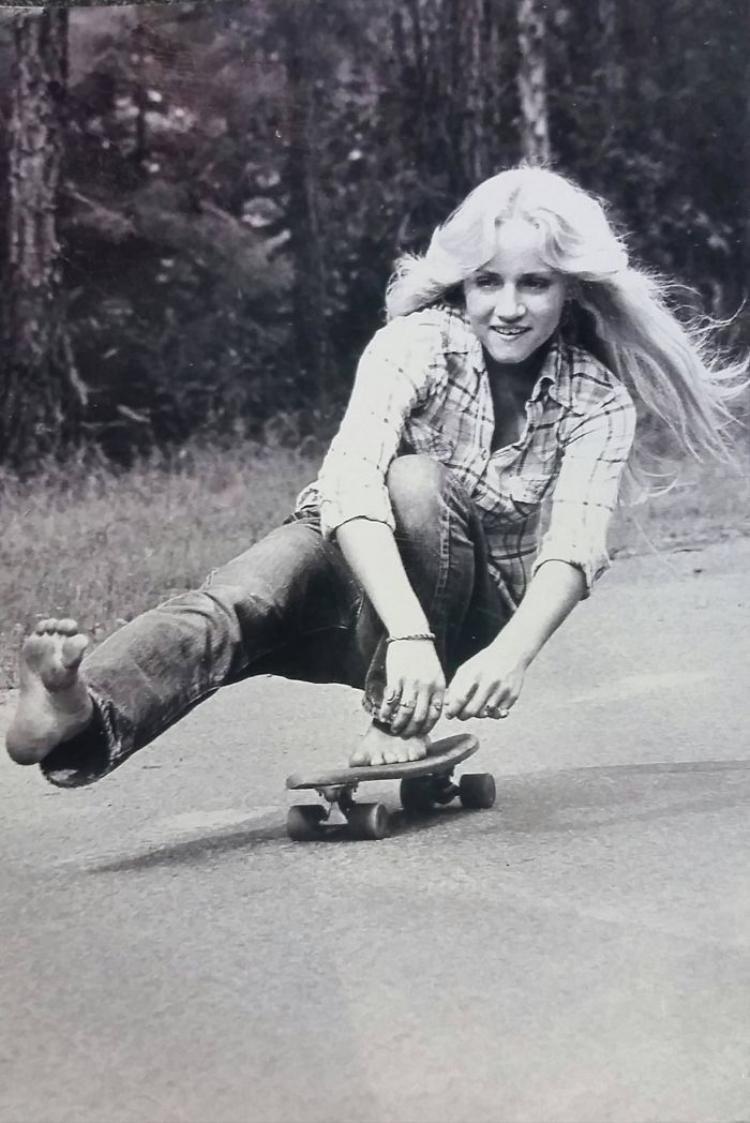 """""""Mẹ tớ đang chơi trượt ván tại California vào năm 1974"""""""