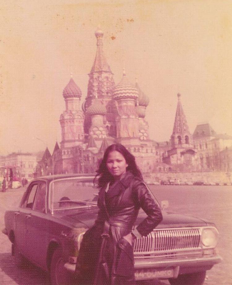 """""""Mẹ tôi đang ở Nga vào năm 1975. Với tất cả những câu chuyện chất nhất mà mẹ từng kể về những chuyến hành trình của mình, tôi không ngạc nhiên lắm nếu bà là một điệp viên thời xưa""""."""