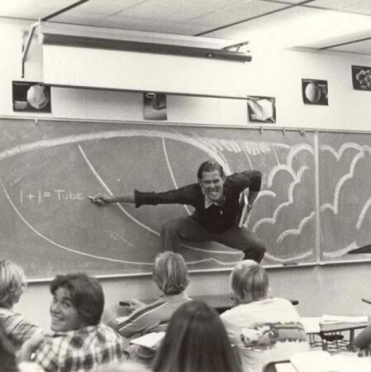 """""""Vâng, bố tôi là giáo viên dạy toán. Tôi đoán là ngày xưa, học sinh rất mê mệt ông""""."""