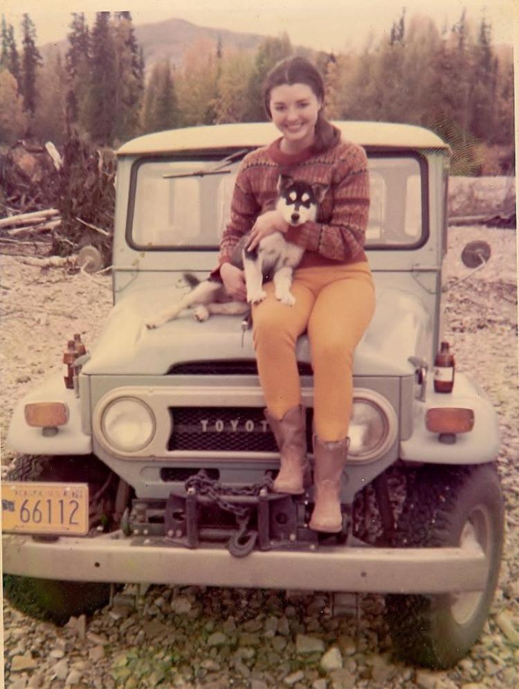 """""""Bức ảnh được chụp ở Alaska, còn trên tay mẹ tôi là chú chó Husky của bà ấy. Liệu Miranda Kerr có làm thất lạc họ hàng của mình không?""""."""