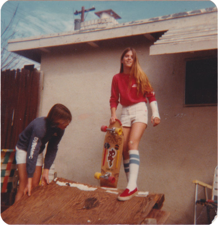 """""""Mẹ tôi đã bị gãy cổ tay khi đang tập trượt ván, nhưng có vẻ là bà không bao giờ bỏ cuộc. Những năm 70 mà thời trang chất quá đi mất""""."""