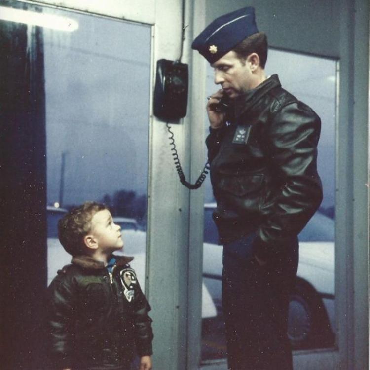 """""""Trong ảnh là tôi đang ngước nhìn cha tôi - một phi công chiến đấu - với tất cả niềm tự hào và ngưỡng mộ""""."""