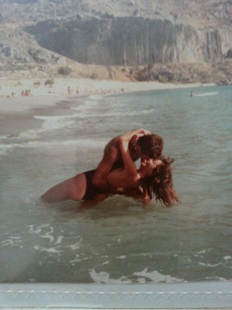 """""""Chính là mẹ và bố tôi đang đóng cảnh lãng mạn tại Santorini vào năm 1985""""."""