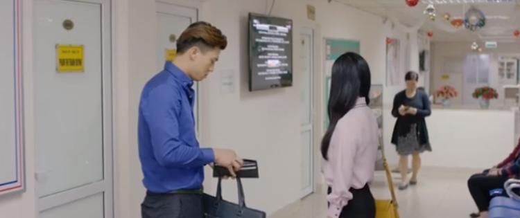 Anh đưa tiền cho vợ vào khám một mình và dặn bắt taxi để về.