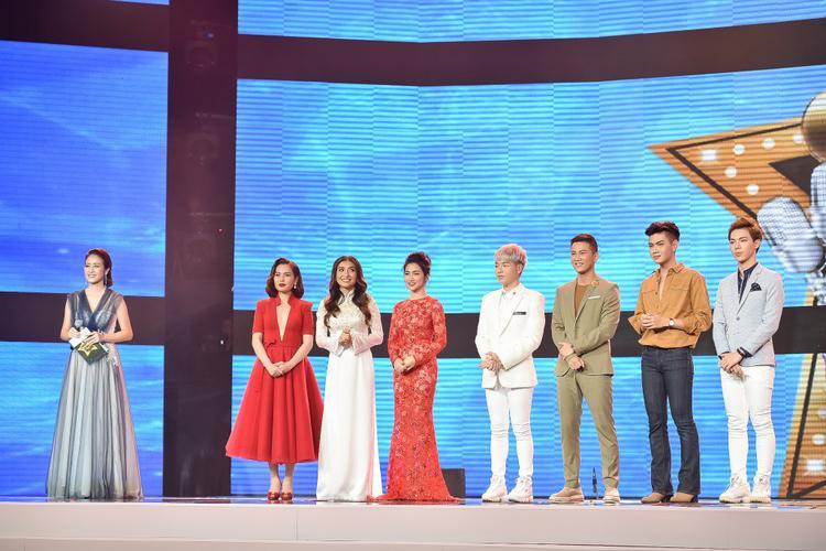 Phí Linh bên cạnh 7 thí sinh của chương trình.