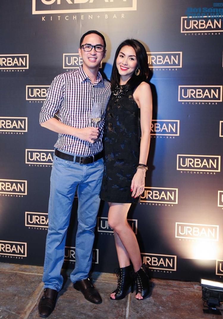 Đôi khi Louis Nguyễn cũng biết tự làm mới mình bằng cách ăn mặc đơn giản hơn. Sơ mi caro cùng quần kaki sáng màu, kết hợp giày tây đen, dù không cầu kì nhưng cũng không làm sụt giảm phong độ của anh.