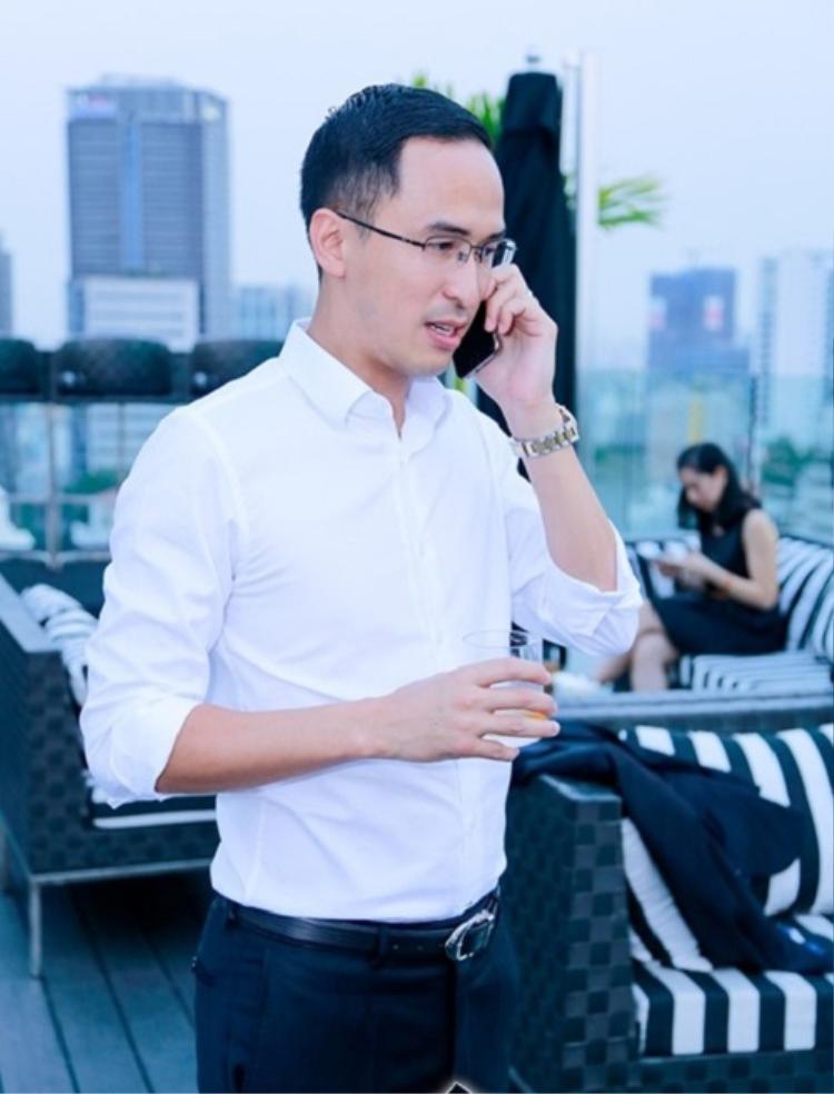 Sơ-mi trắng là lựa chọn yêu thích củaLouis Nguyễn khi đi sự kiện một mình cũng như xuất hiện cùng vợ.