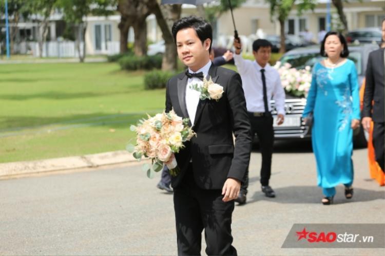 """Trong ngày lễ trọng đại của đời mình, đức lang quân của """"Thần tiên tỷ tỷ"""" lựa chọn bộ vest đen sang trọng, đi kèm là bow tie thay cho caravat. Với trang phục này, nhìn Trung Tín cứ như oppa Hàn Quốc!"""