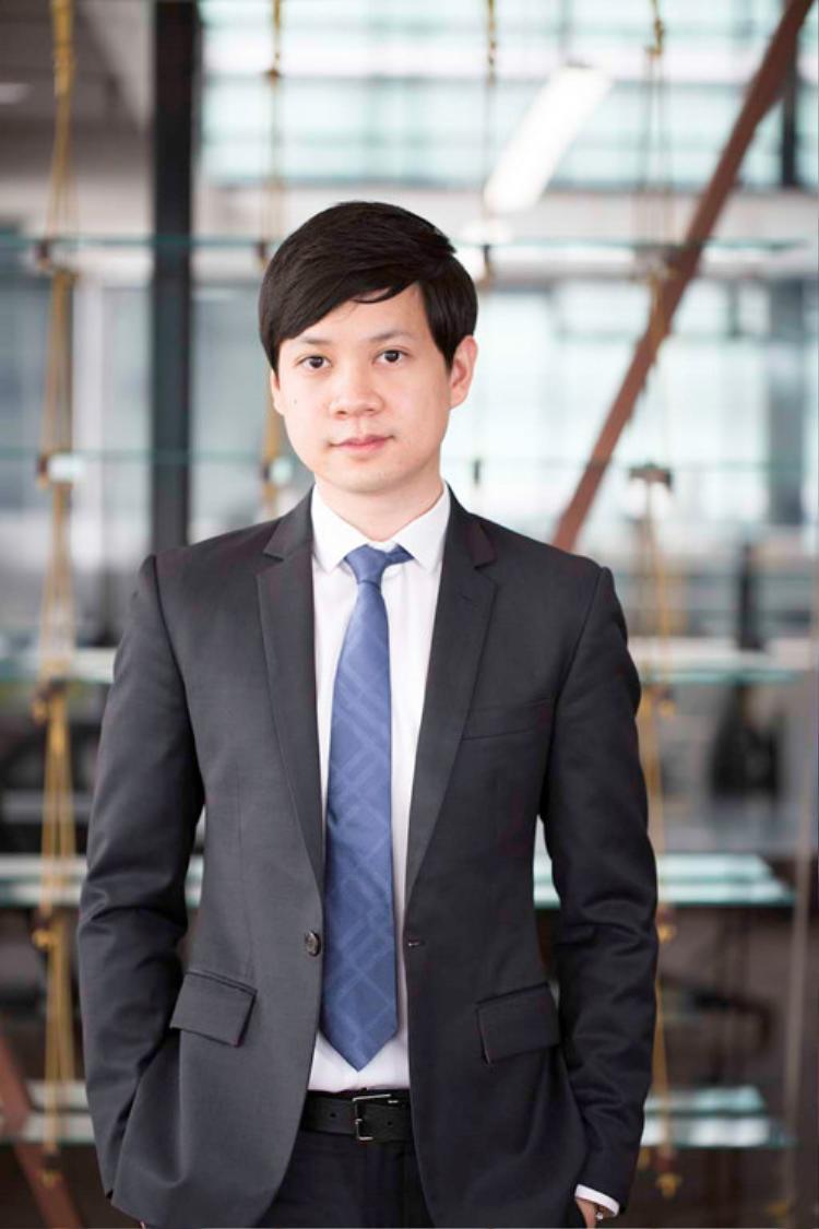"""Nếu hoa hậu Đặng Thu Thao """"đóng đinh"""" với gout thời trang kín đáo, thanh lịch đúng chuẩn """"con gái nhà lành"""" thì Trung Tín gắn liền với hình ảnh vest + caravat đạt chuẩn doanh nhân thành đạt."""