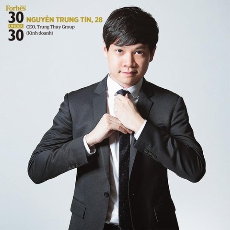 Là một doanh nhân trẻ thành đạt, thường xuyên xuất hiện trước báo giới, cũng như các khách hàng tầm cỡ, vì vậy Trung Tín chuẩn bị trang phục rất chỉn chu.