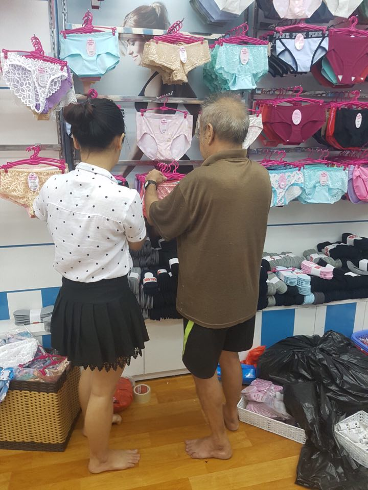 Cụ ông lựa chọn đồ bởi biết vợ thích nhưng không dám vào cửa hàng mua vì tiếc tiền.