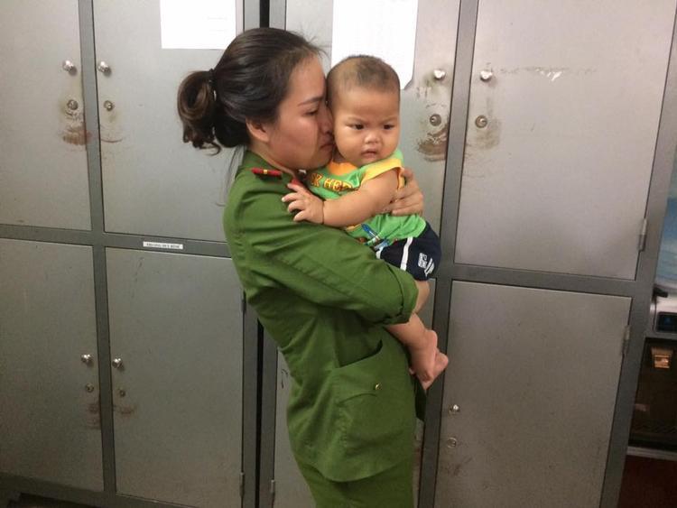 Phải bàn giao bé trai vào Trung tâm bảo trợ xã hội, thiếu uy Ly khóc rất nhiều.